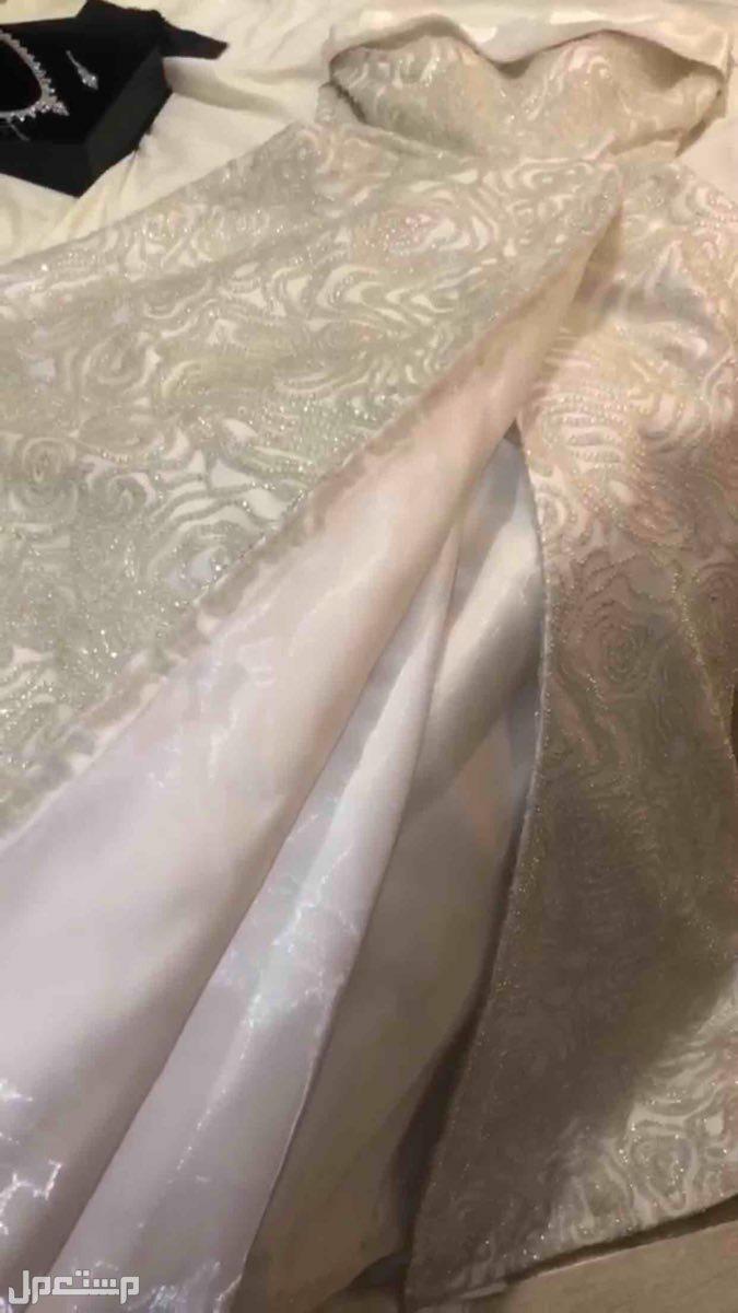 كلفني الفستان 2000 ريال القطعه فخمه جداً لكني ابيعه اكثر من نص السعر