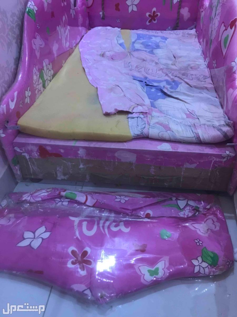 سرير اطفال بحاله جيده و سياره اطفال