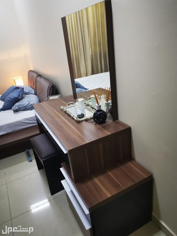 للبيع غرفة نوم ( سرير + 2 كومودينا + انارة كومودينا + تسريحة + مرتبه السرير