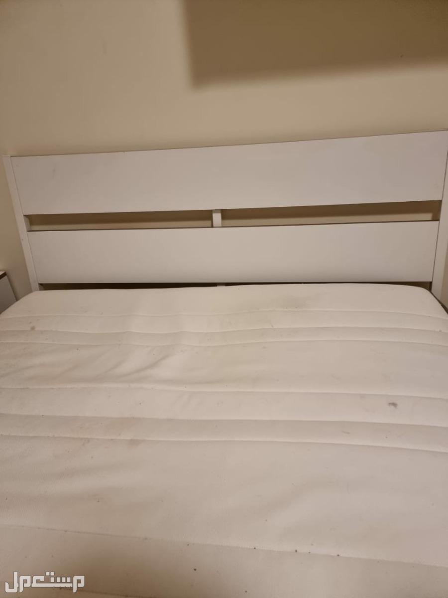 سرير كبير ومرتبة وطاولتين جانبيتين من إيكيا IKEA