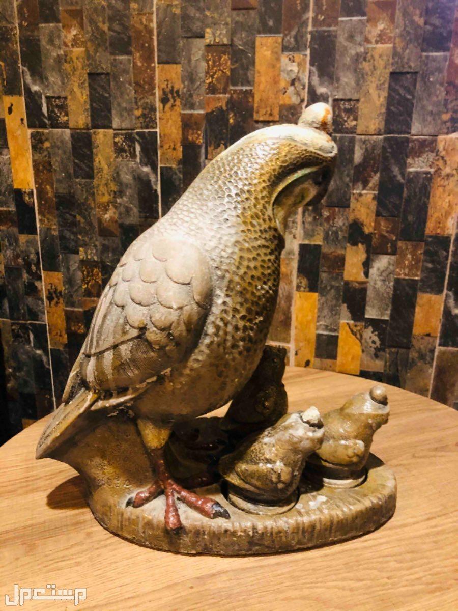 مجسم ببغاء حجر طبيعي ملبس ماده غريبه وزنة اكثر من 5 كجم تقريبا ،