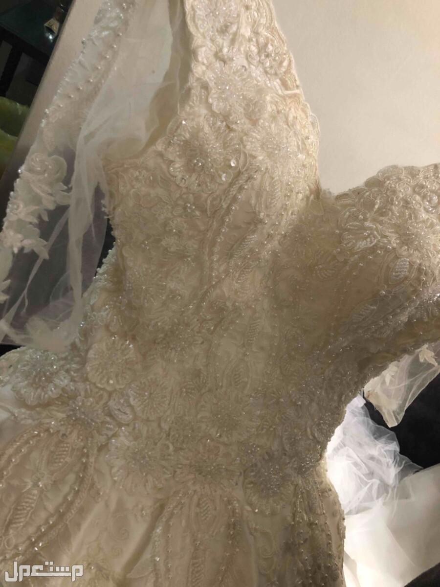 فستان ( عروس ) للبيع صوره للصدر عن قرب