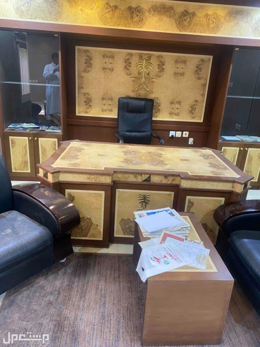 اثاث مكتبي للبيع على السوم مع الديكور الخلفي