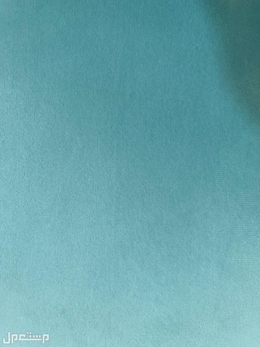 جلسة ارضيه وستاره والموكيت + طاوله مع كرسي دوار لون الكنب بشكل واضح