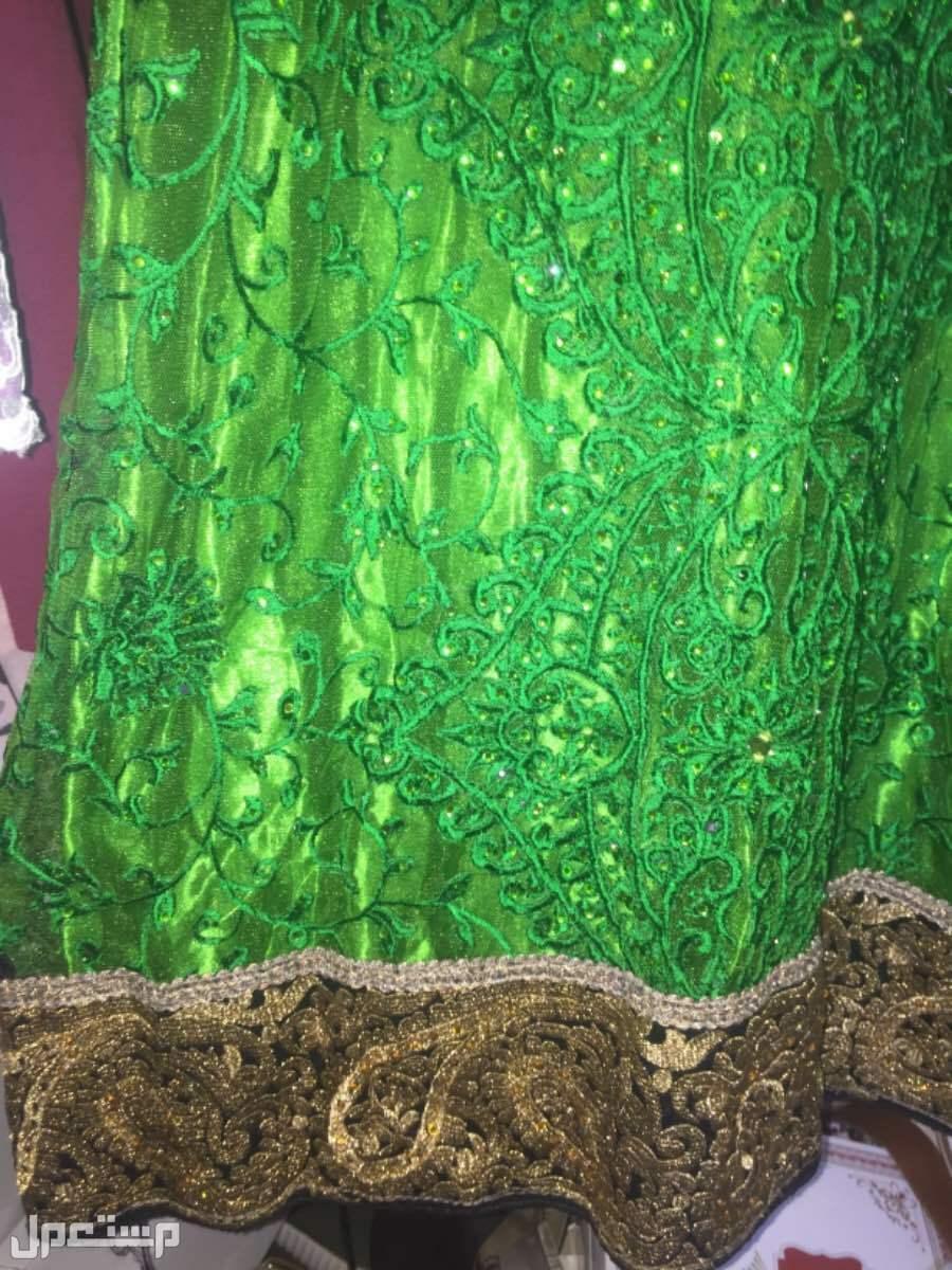 ثوب تفصيل مطرز الأطراف من تحت