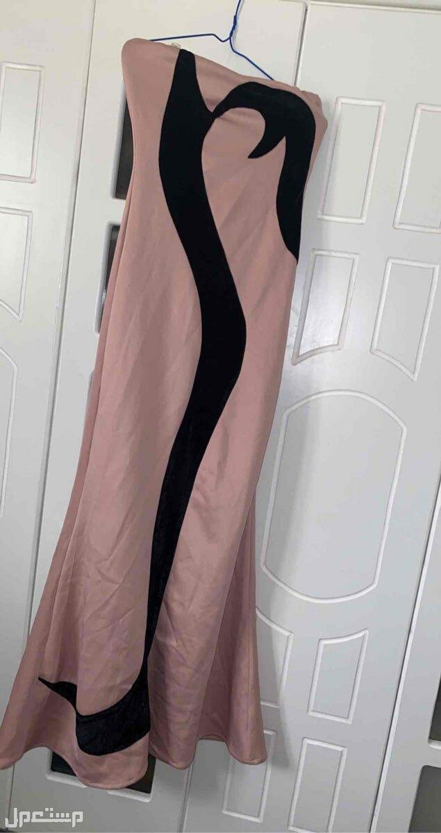 فستان لون لحمي مع اسود