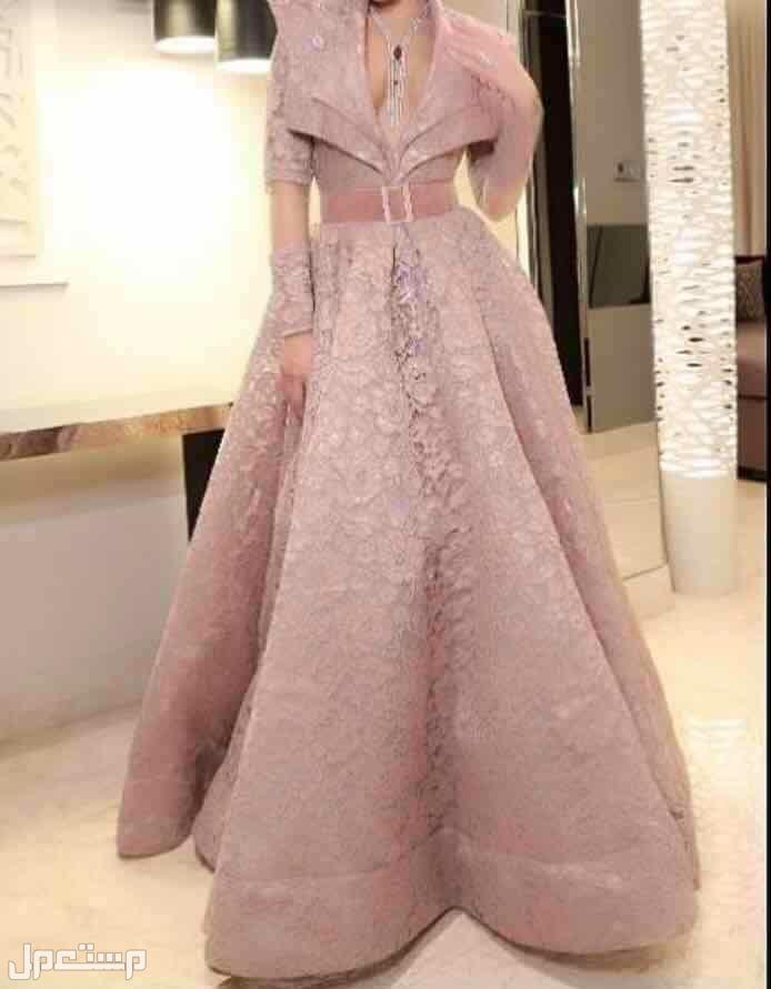 فستان انيق الفستان على المودل