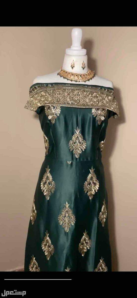 فستان اخضر فخم .