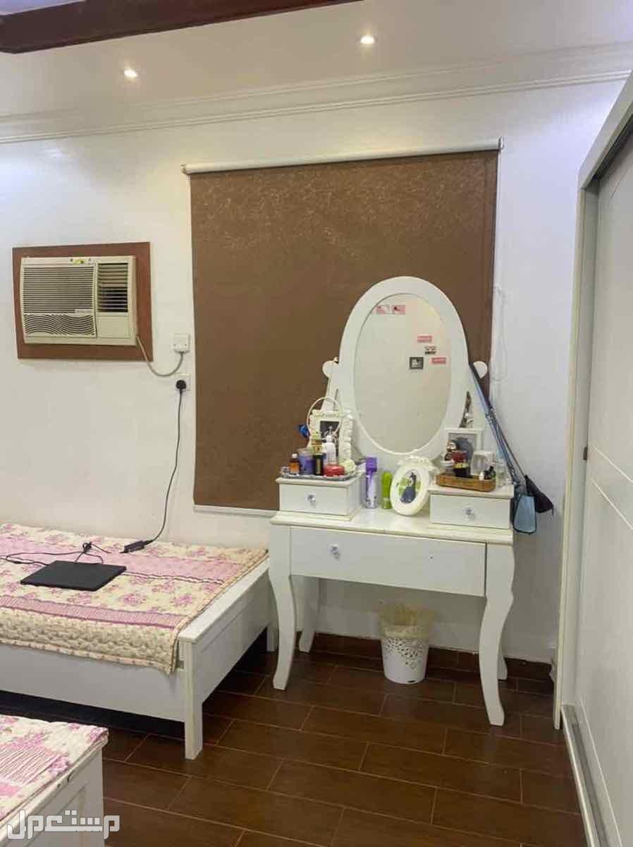 غرفة نوم سريرين ودولاب وتسريحة وستاره للبيع