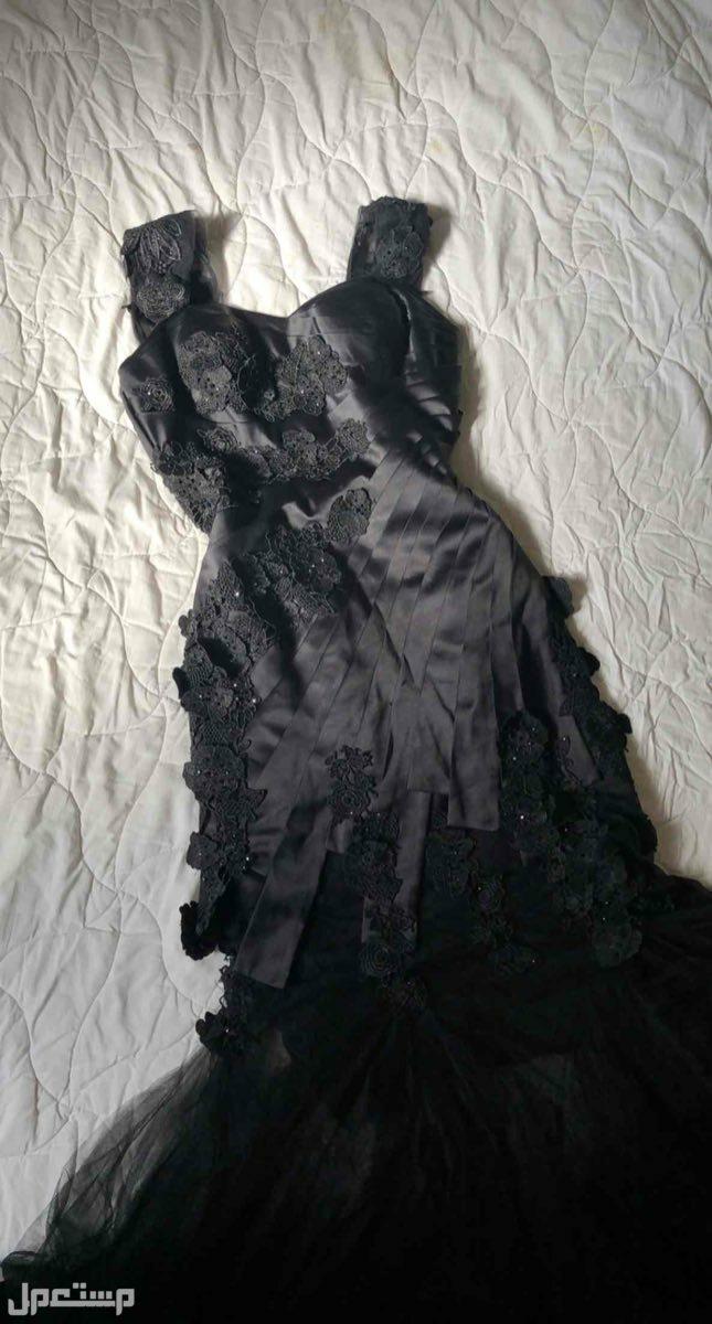 فستان اسود مخصر