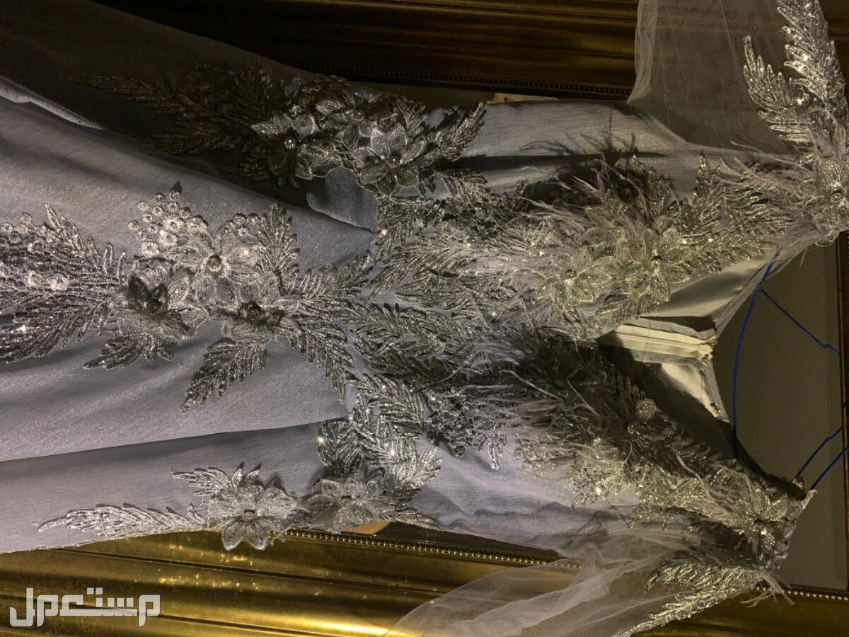 فستان جميل للملكه 🤍 احب اقولكم ماراح تندم الي بتاخذه لملكتها او اخت عروس او عريس  الصور ظالمته🤍😩