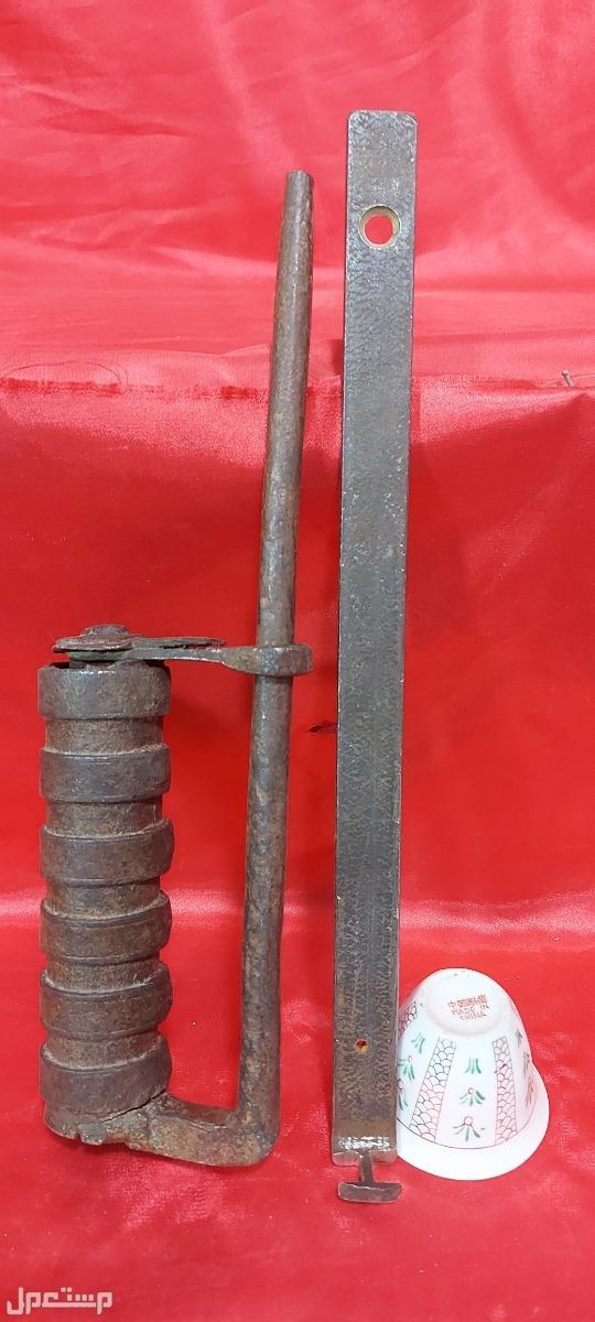 قفل حديد تراثي قديم جدا قديم جدا لا يقل عن 100سنة