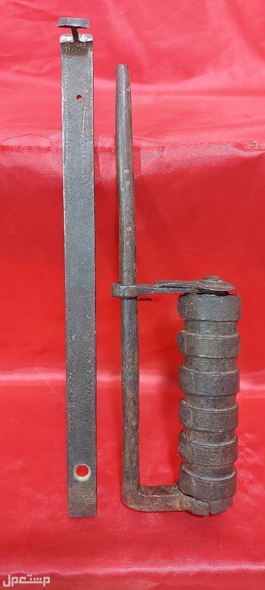 قفل حديد تراثي قديم جدا بحالة متحفية جيده جدا