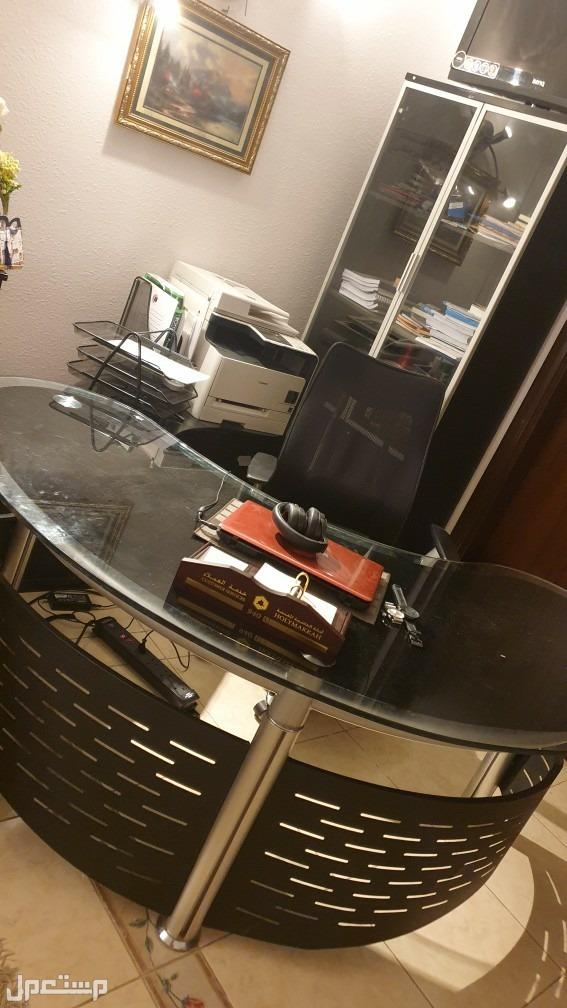 مكتب مع سكرتارية