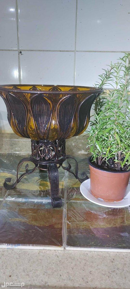 صحن تقديم فواكة زجاج وبرونز منقوش في اي مكان ملفه للانتباه