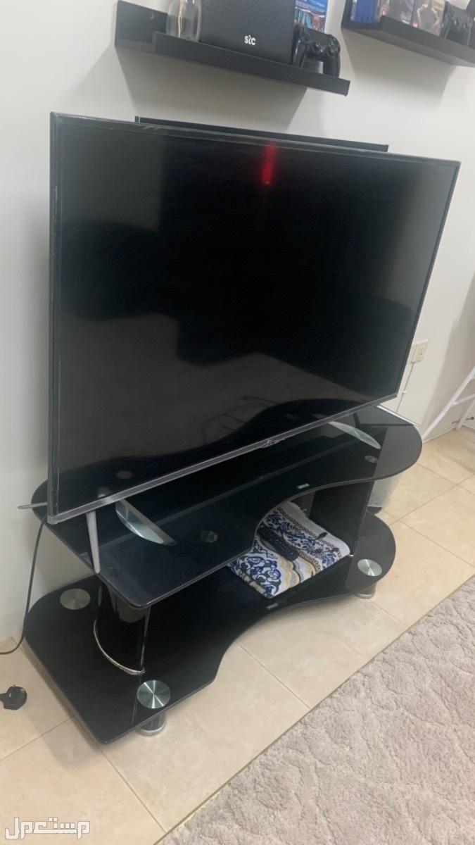 طاوله تلفزيون زجاجيه التلفزيون المرفق 55 بوصه ( ليس للبيع )