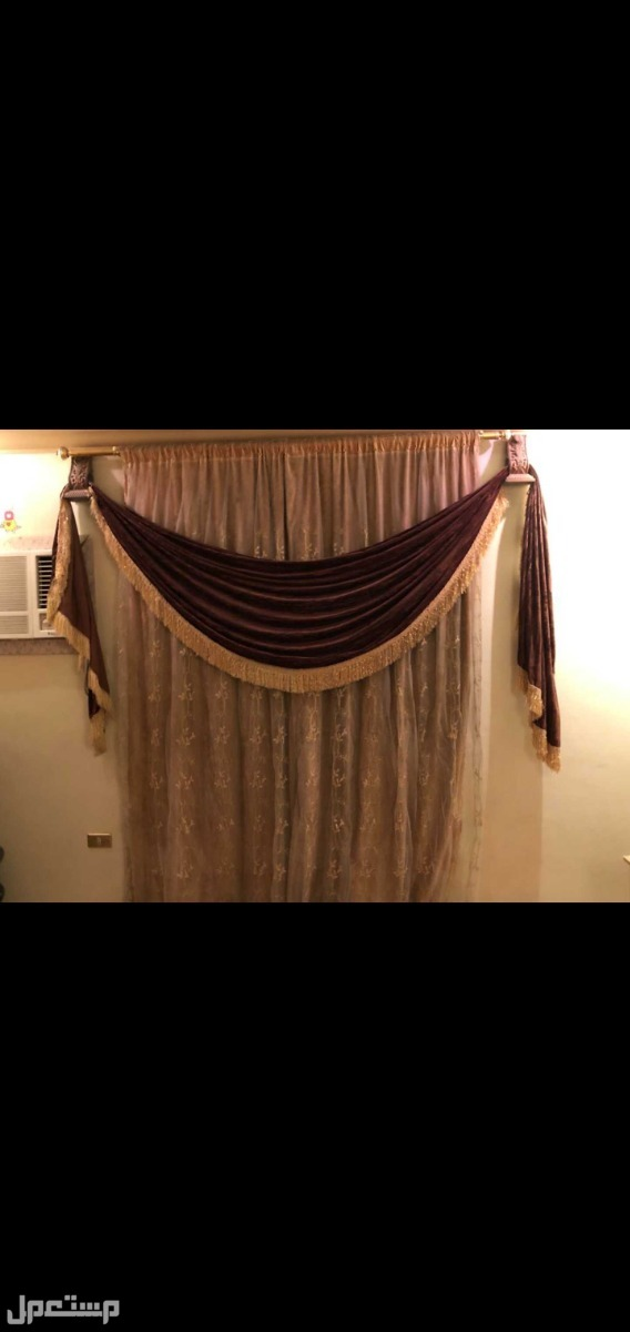 غرفة نوم كبيرة مع مرتبة طبية و تسريحة وستارة مناسبة واثنان كومود ودولي كبير