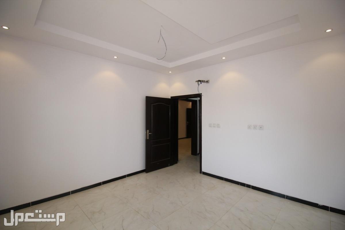 تملك شقة 5غرف كبيرة دمج+4دورات مياة+صالة+مطبخ