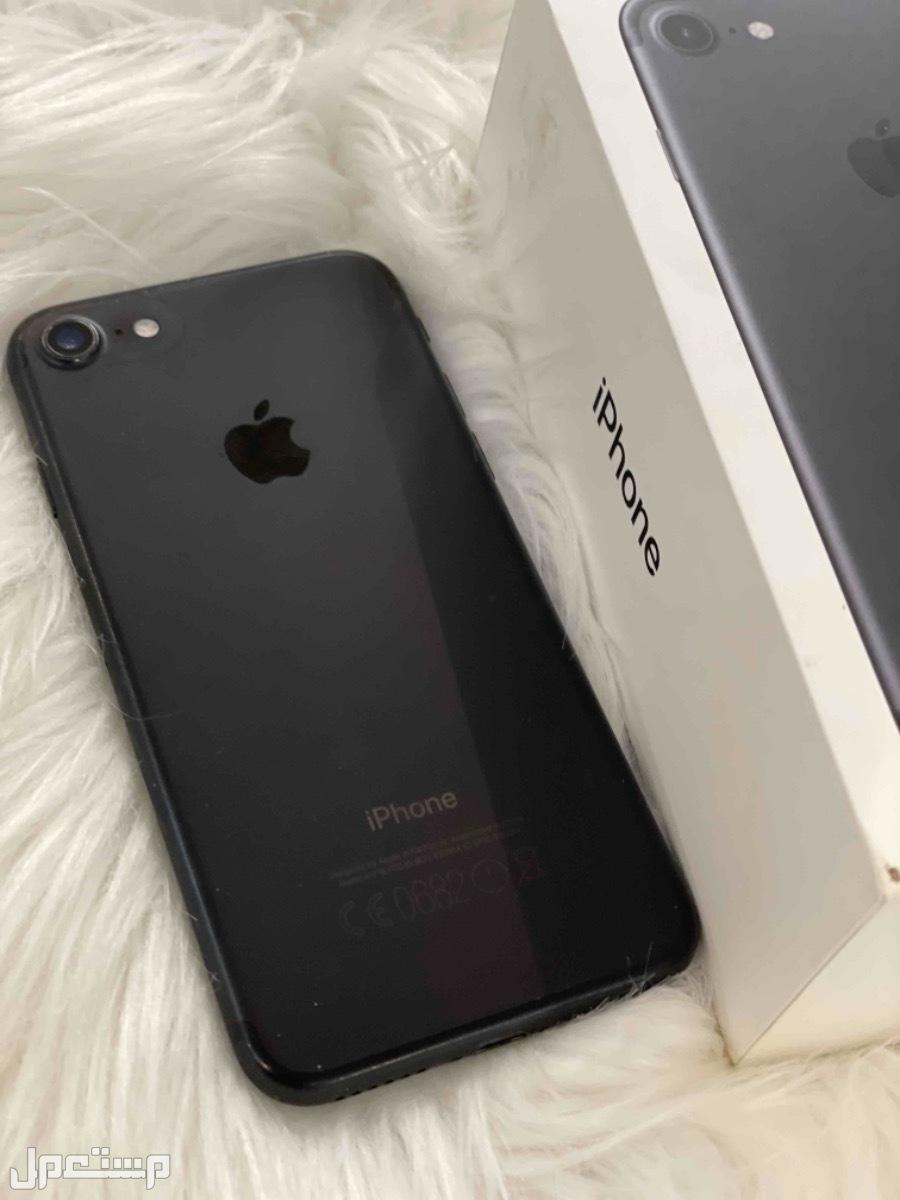 جوال من نوع ايفون 7 اسود اللون مطفي