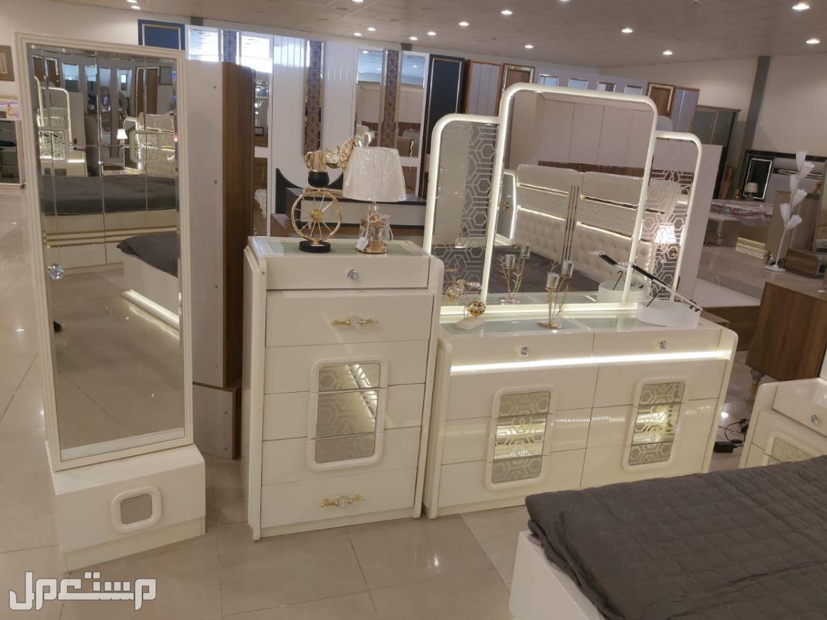 غرف نوم وطاولات ومكاتب
