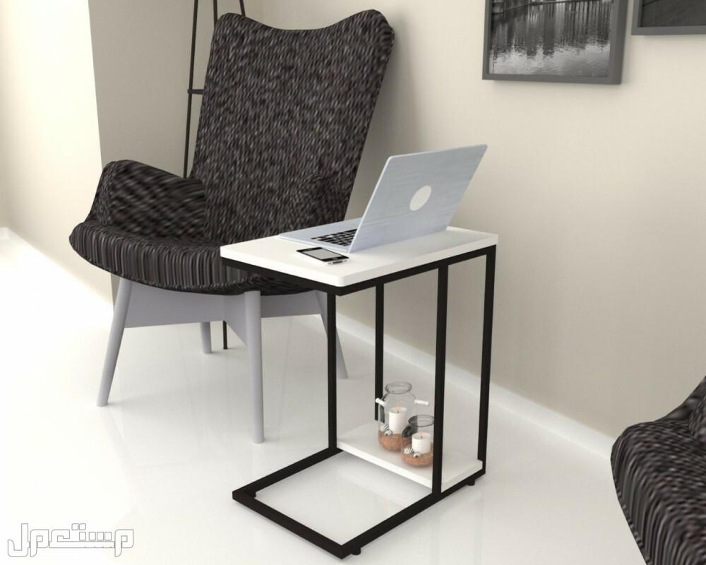 طاولة بيضاء موديل فيلب بأرجل معدنية سوداء