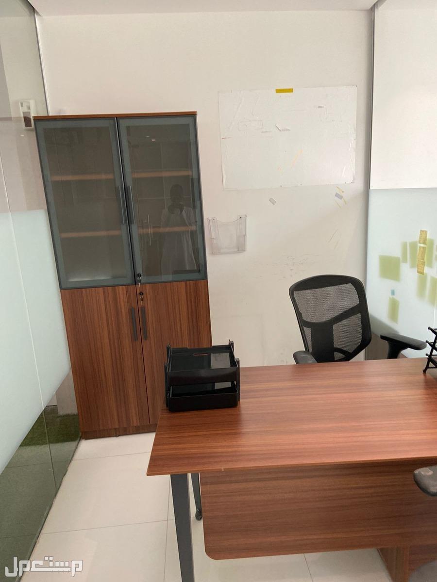 للتقبيل مكتب مؤثث بالكامل