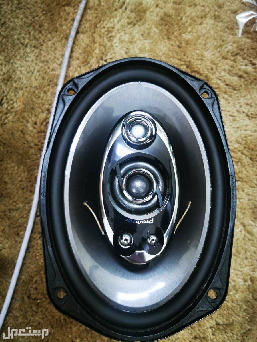 سماعات سيارة متكاملة مع أجهزة تضخيم