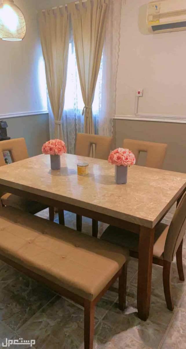طاولة هوم سنتر  4 كراسي وأريكه لثلاث اشخاص + بوفيه