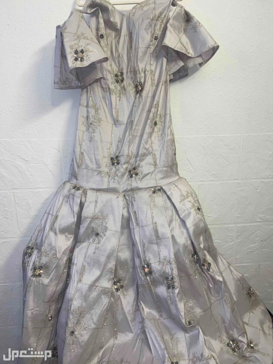 فستان ملكه بالشكل سمكه هذا كامل